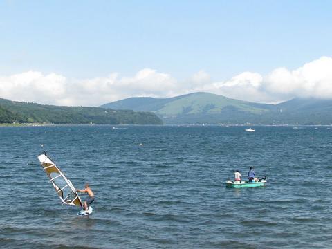 ウインドサーファーと釣り人