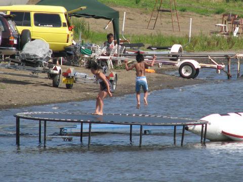 湖水浴を楽しむ子どもたち