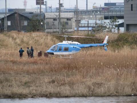 犀川河川敷に着陸しているヘリ