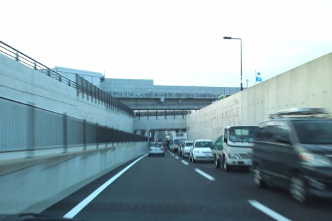 北陸本線/新幹線高架橋をくぐって